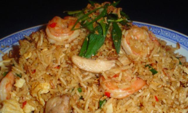 طريقة عمل الأرز المقلي بالبيض و الدجاج و الروبيان